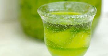 レモンの皮で作ったきれいなお酒 リモンチェッロ