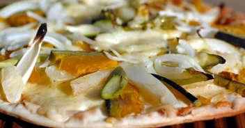 秋野菜たっぷりのヘルシーなピザ