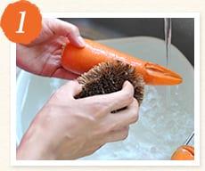 人参を洗う