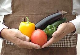 お客様の手や目となって、野菜をしっかり見極めます